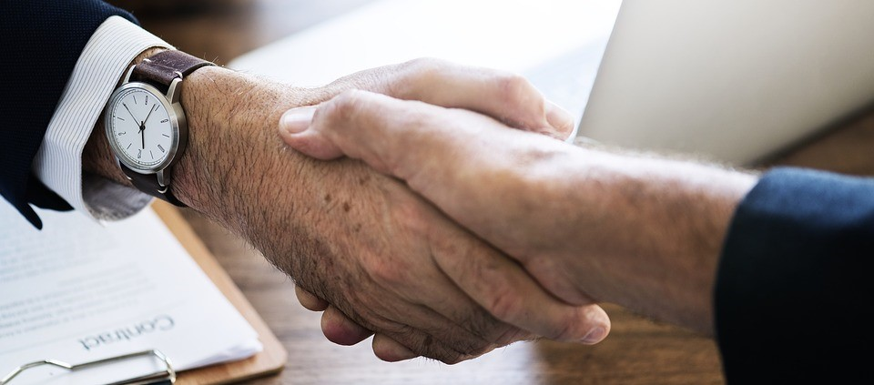 friendly-hand-shake 10 Benefits of Using a Medicare Broker